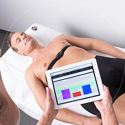Frau Hörster führt eine VNS-Analyse durch bei der dem Patienten ein Brustgurt umgelegt wird über welchen Messignale des Herzens an einen Computer gesendet werden.