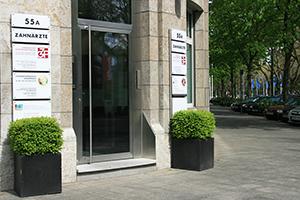 Eingang und Praxisschild an dem Gebäude 55a auf der Königsallee im Zentrum von Düsseldorf