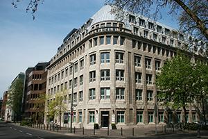 Gebäude 55a auf der Königsallee mit Eingang zur Privatpraxis Osteopathie.Kö.